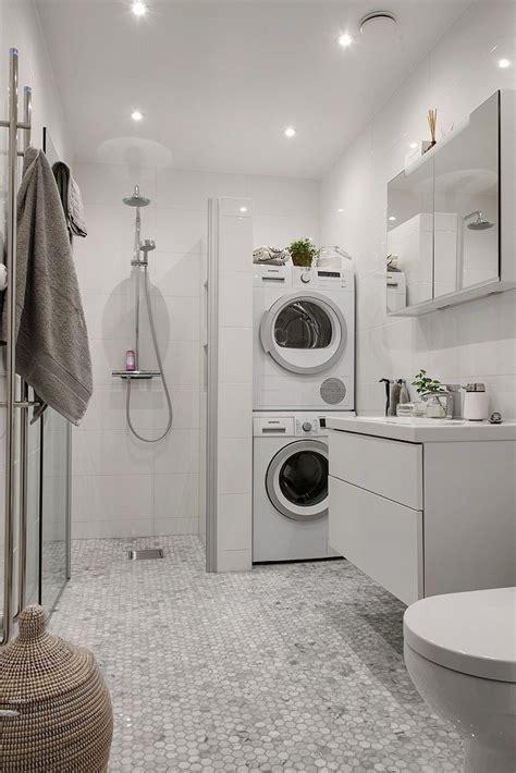 Topprenoverat badrum med tvättpelare   B A T H R O O M & s