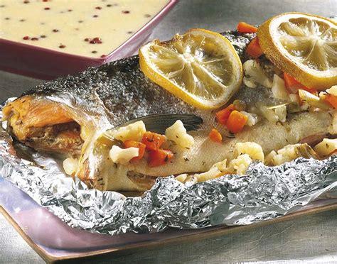 cuisiner un saumon entier saumon entier sauce aux herbes colruyt