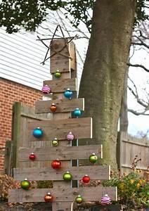 Holz Deko Für Draußen : weihnachtsdeko f r draussen weihnachtsbaum holz paletten weihnachtskugeln weihnachten au en ~ Eleganceandgraceweddings.com Haus und Dekorationen