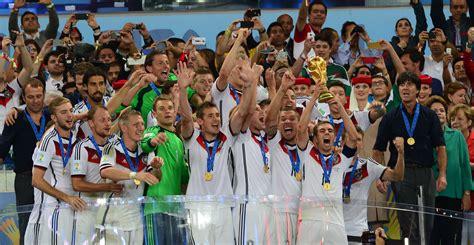 Hallo, zum verkauf steht der o.g. File:Philipp Lahm lifts the 2014 FIFA World Cup.jpg ...