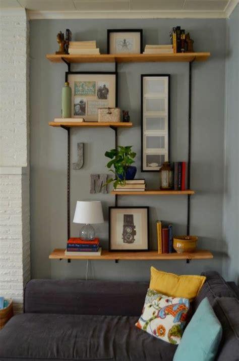 canap palette bois comment décorer le mur avec une étagère murale