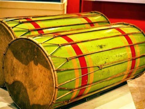 Alat musik ritmis ini punya dua jenis bunyi yang akan terbuat saat dimainkan. √ Jenis Alat Musik Tradisional Indonesia dan Cara Memainkannya