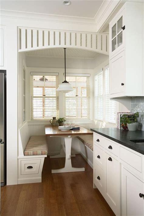 cottage kitchens magazine キッチンの窓辺の席 のおすすめアイデア 25 件以上 出窓の座席 窓際のベンチ席 2666