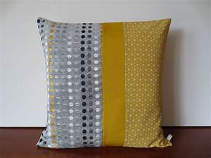Coussin Gris Et Jaune : housse de coussin d co scandinave jaune moutarde et gris textiles et tapis par michka ~ Teatrodelosmanantiales.com Idées de Décoration