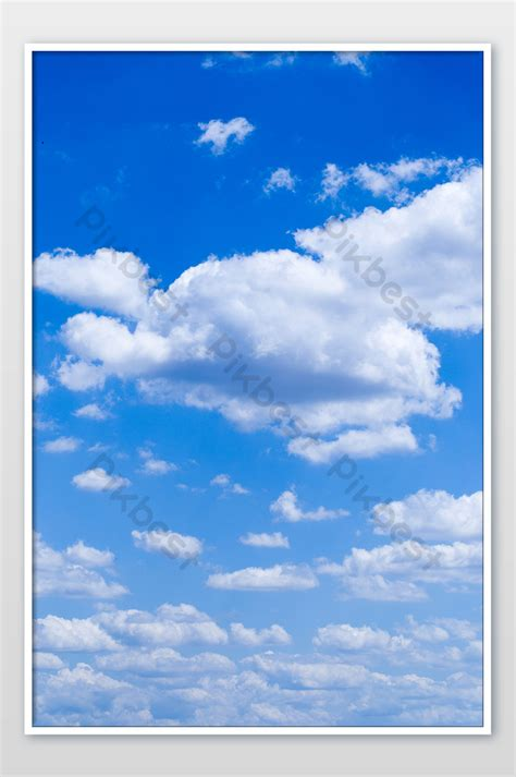 แนวตั้งท้องฟ้าสีฟ้าพื้นหลังเมฆจำนวนมาก   การถ่ายภาพ แบบ ...