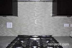Clear glass mosaic tile backsplash roselawnlutheran for Clear glass tile backsplash pictures