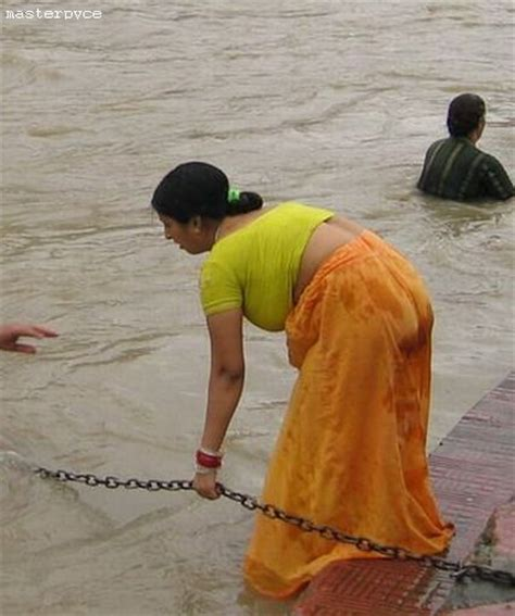 Desi bhabhi Aunty In Wet Saree Blouse Petticoat Photos