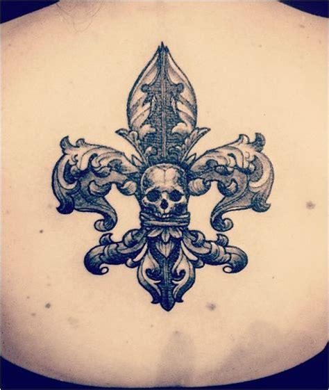 tatouage fleur de lys homme acidcruetattoo