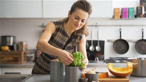 femme qui cuisine 10 trucs pour mieux cuisiner médium large ici radio canada première
