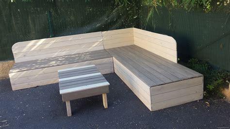 canapé d angle en palette banquette de jardin en bois de récupération et sa table