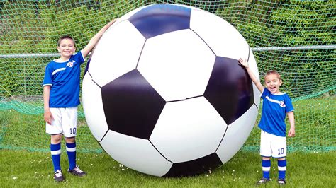 le ballon de foot le plus grand ballon de football du monde foot g 233 ant pour l uefa 2016