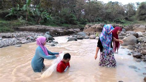 ngintip 3 cewek cantik mandi di sungai youtube