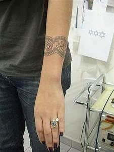 Tattoos Frauen Arm : armband tattoo symbole und bedeutungen tattoos zenideen ~ Frokenaadalensverden.com Haus und Dekorationen
