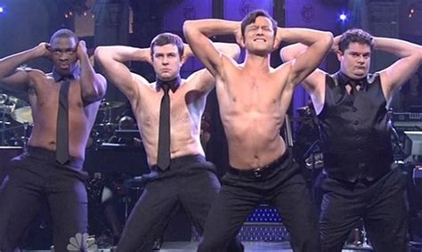 foto de Joseph Gordon Levitt Strips to His Pants for 'SNL' Monologue