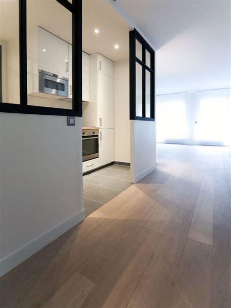 carrelage mur cuisine moderne cette cuisine blanche laquée est ouverte sur le salon la lumière inonde la pièce grâce à une