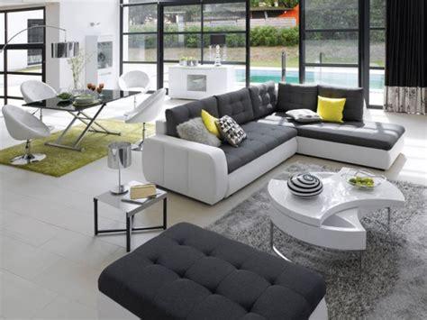 sur le canapé ou dans le canapé bien positionner canapé