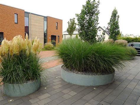 moderner vorgarten mit graesern und stahl