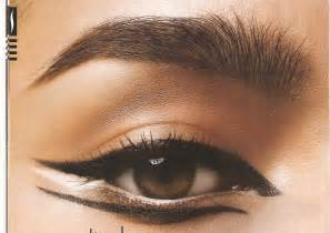 cat eye makeup cat for fall using an eyeshadow stencil
