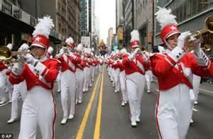 macys parade thousands  streets   york