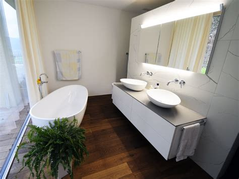 Kleines Badezimmer Mit Der Freistehenden Badewanne Luino