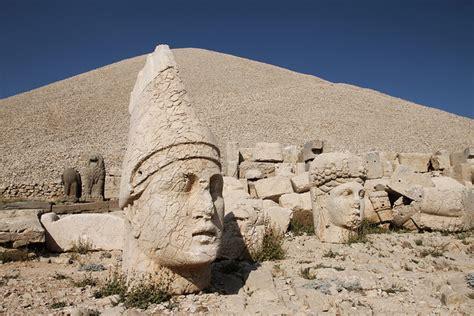 la maison des sciences et le mont nemrut en turquie est la maison des dieux
