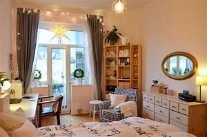 Wg Zimmer Einrichten : helles und gem tliches wg zimmer mit gro em fenster wg ~ Watch28wear.com Haus und Dekorationen
