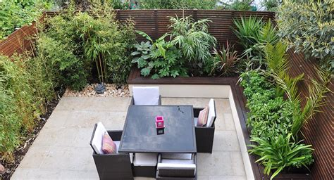 How to create a cosy outdoor living room with a tropical ...