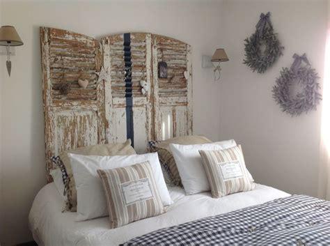 chambre blanche et beige chambre blanche marine et beige vieux volets en tête de
