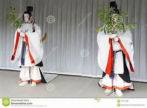 Moderne Japanische Kleidung : mannequine die traditionelle japanische kleidung tragen lizenzfreie stockbilder bild 14151499 ~ Orissabook.com Haus und Dekorationen
