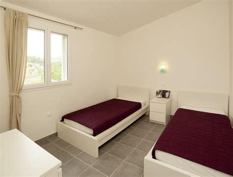 chambre a deux lits diviser une chambre en deux maison design bahbe com
