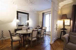 Miroir plafond chambre miroir au plafond sur le lit dans for Idee deco cuisine avec meuble salle a manger complete contemporain