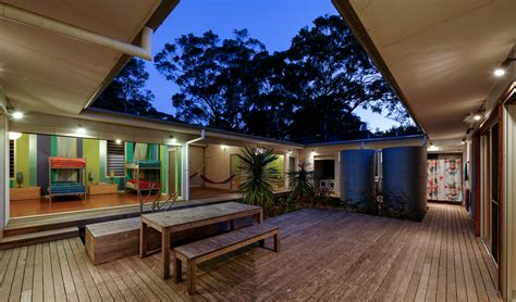 small vacation home wraps  large private courtyard modern house designs