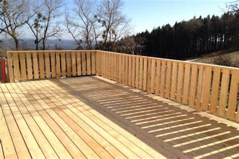 terrasse zaun holz terrassen aus holz f 252 r ihre erholung im garten