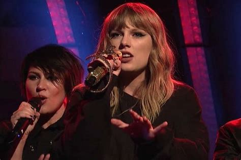 Taylor Swift Expertly Trolls Haters, Performs With Golden ...