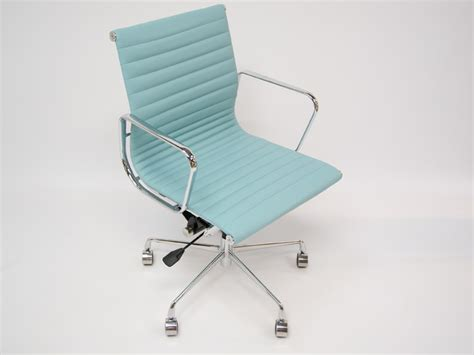 chaise eames alu ea117 bleu ciel