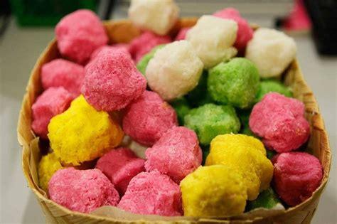 makanan ringan khas indonesia  terbuat  bahan kelapa