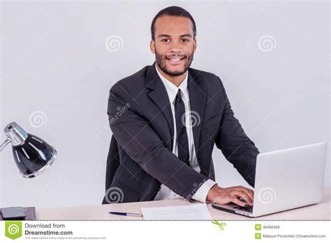 employ 233 de bureau homme d affaires africain de sourire s asseyant 224 la table photo stock image