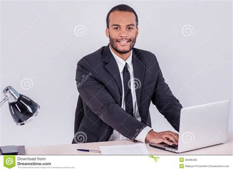 affaires de bureau employé de bureau homme d 39 affaires africain de sourire s