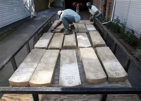 Un Hombre Encuentra 13 Lápidas En Su Jardín