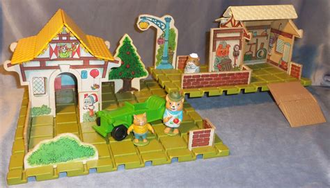 playskool  puzzletown set  huckle cats family cottage