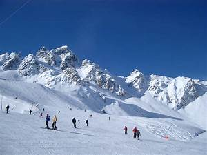 Free Stock photo of People Skiing