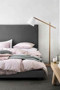1001 conseils et idees pour une chambre en rose et gris With tapis de couloir avec canapé lit marron