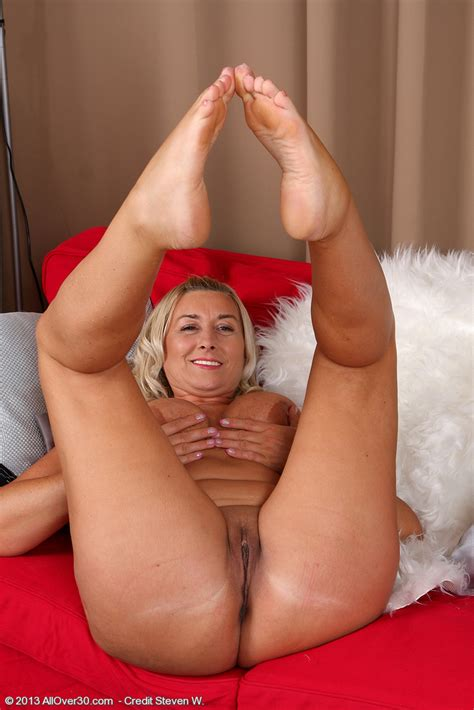 well stacked melyssa undress and finger her hole milf fox