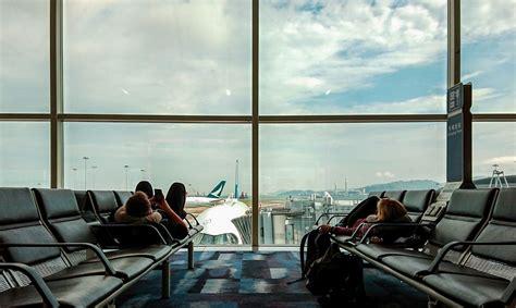 Pārsteidzošs iemesls, kādēļ lidostu grīdas klāj paklāja ...