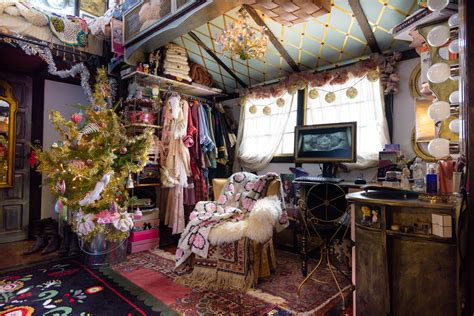 peek   tiny house decorated  christmas