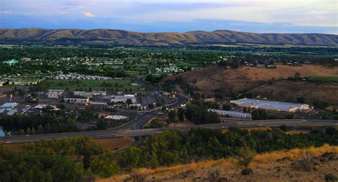 File:Yakima, Washington - 40th Ave looking south from ...