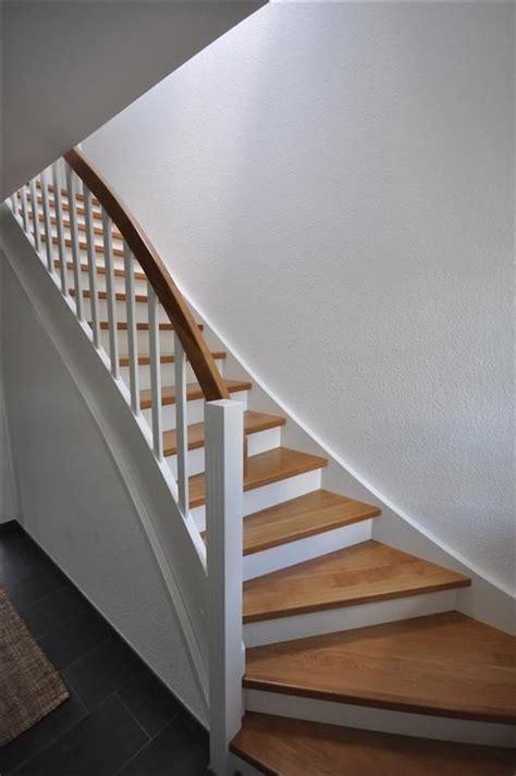 treppe weiß holz die besten 25 holztreppe ideen auf treppe holz treppe und holzstufen