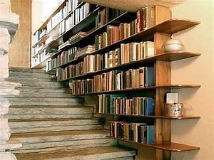 une cage d39escalier en pierre avec etageres bibliotheque With peindre des marches d escalier en bois 15 cage descalier 20 idees deco pour un bel escalier