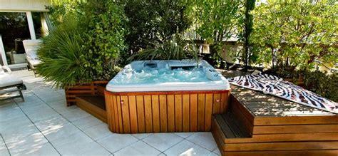 le bien etre dun spa en terrasse jacuzzi spa jardin