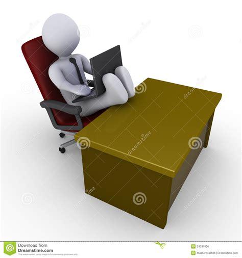 le de bureau sur pied homme d 39 affaires avec des pieds sur le bureau fonctionnant